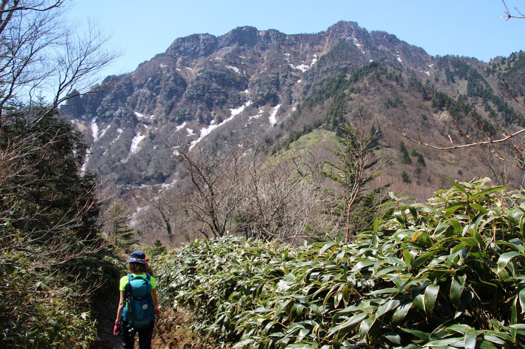 夜明峠から見る石鎚山