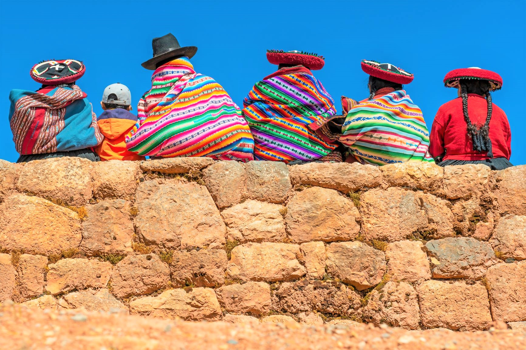 カラフルな衣装の地元の女性たち