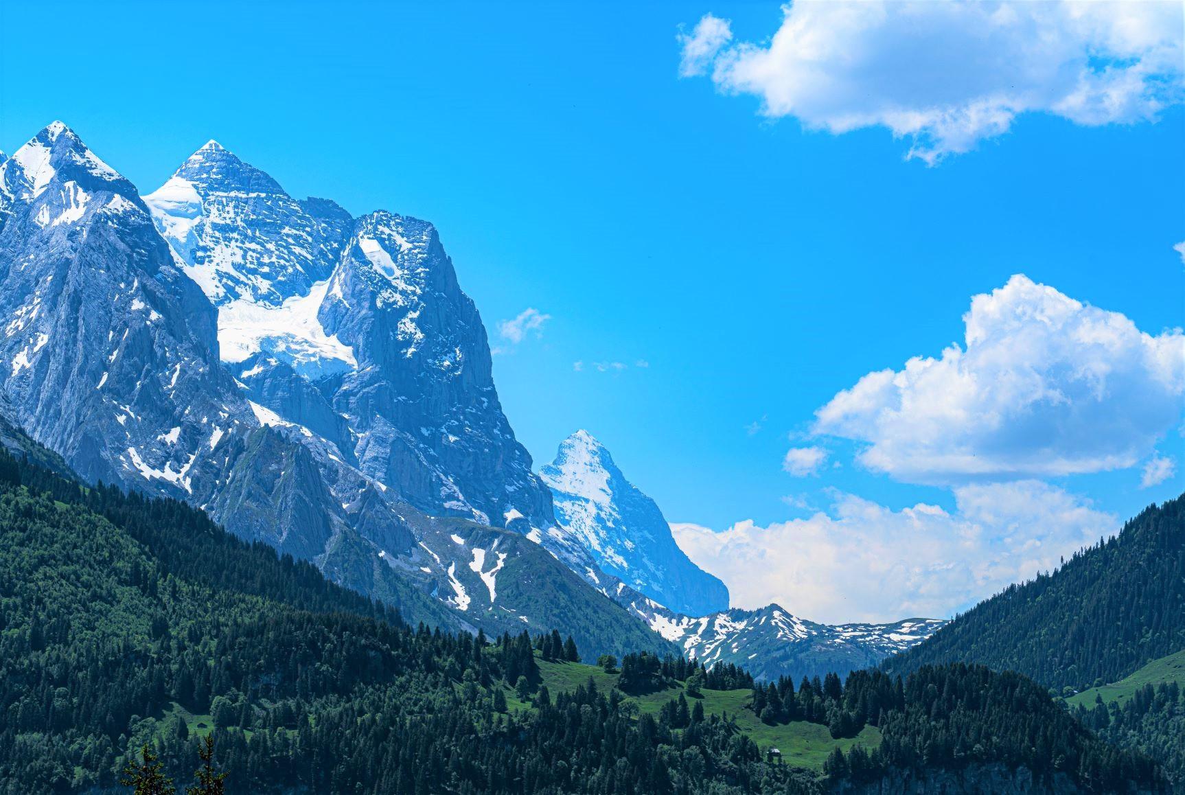 アルペンタワー展望台付近からヴェッターホルン(3,962m)とアイガー(3,970m)の稜線を望む(3日目)