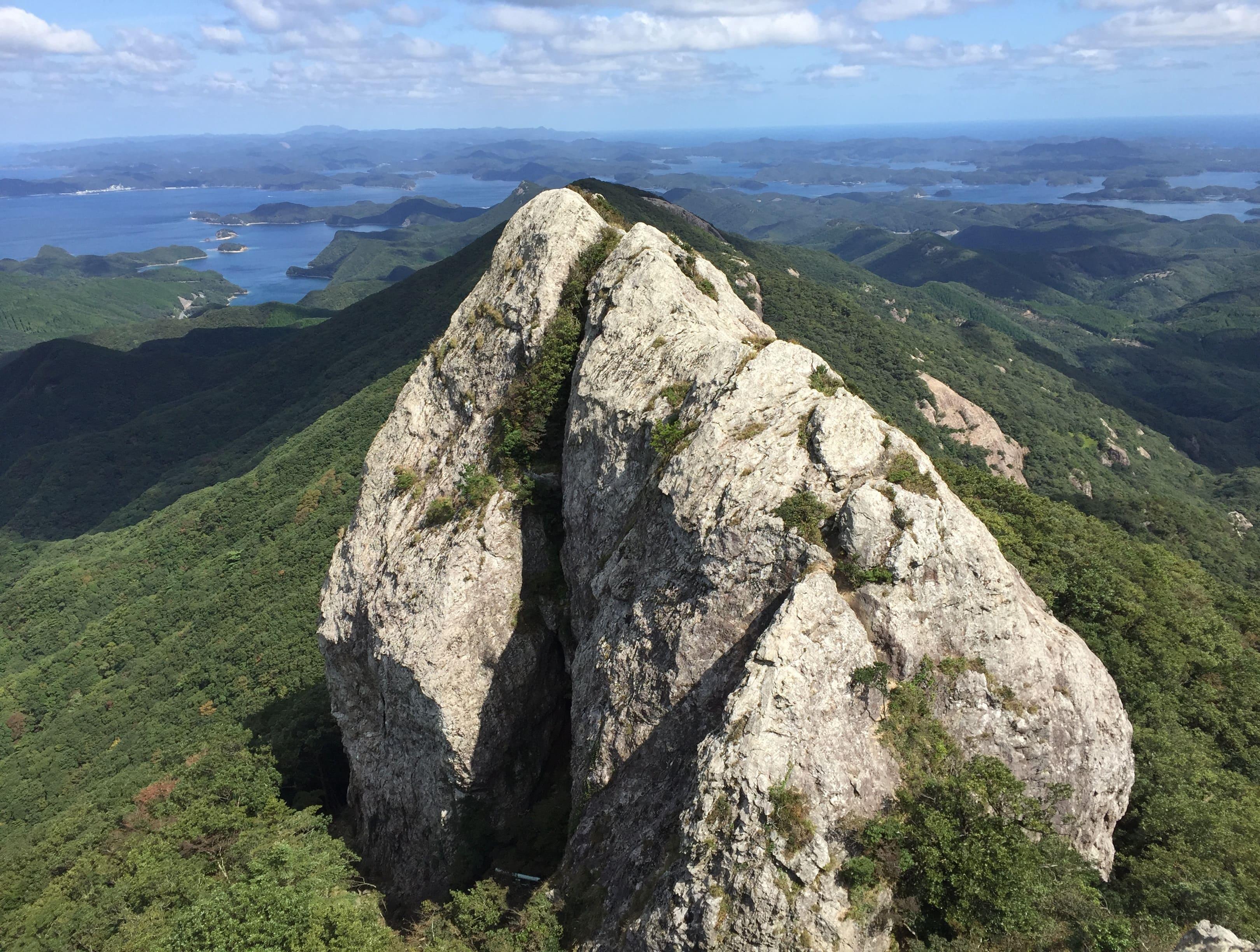 雄嶽山頂から雌嶽の展望を望む
