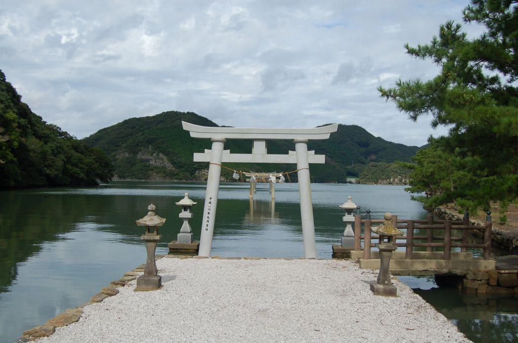 古くから竜宮伝説が残されている和多都美神社