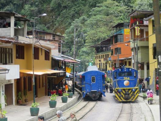 列車の走るマチュピチュ村