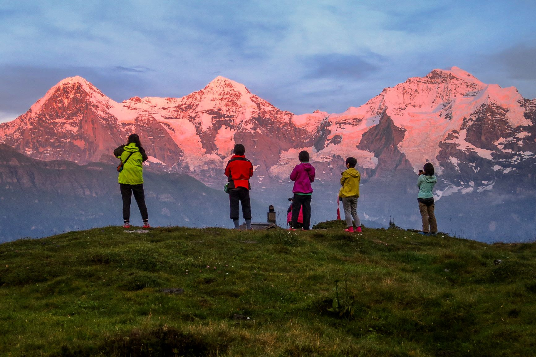 ロープホルン小屋から夕焼けに染まるアイガー、メンヒ、ユングフラウのベルナーオーバーラント三山を望む