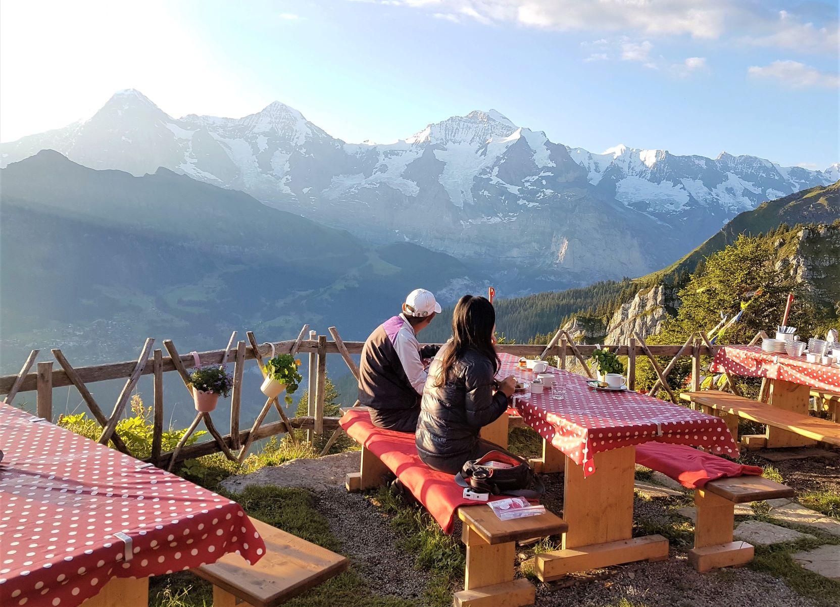 山岳展望を楽しみながらの贅沢な朝食が楽しめるのも山小屋泊りならでは