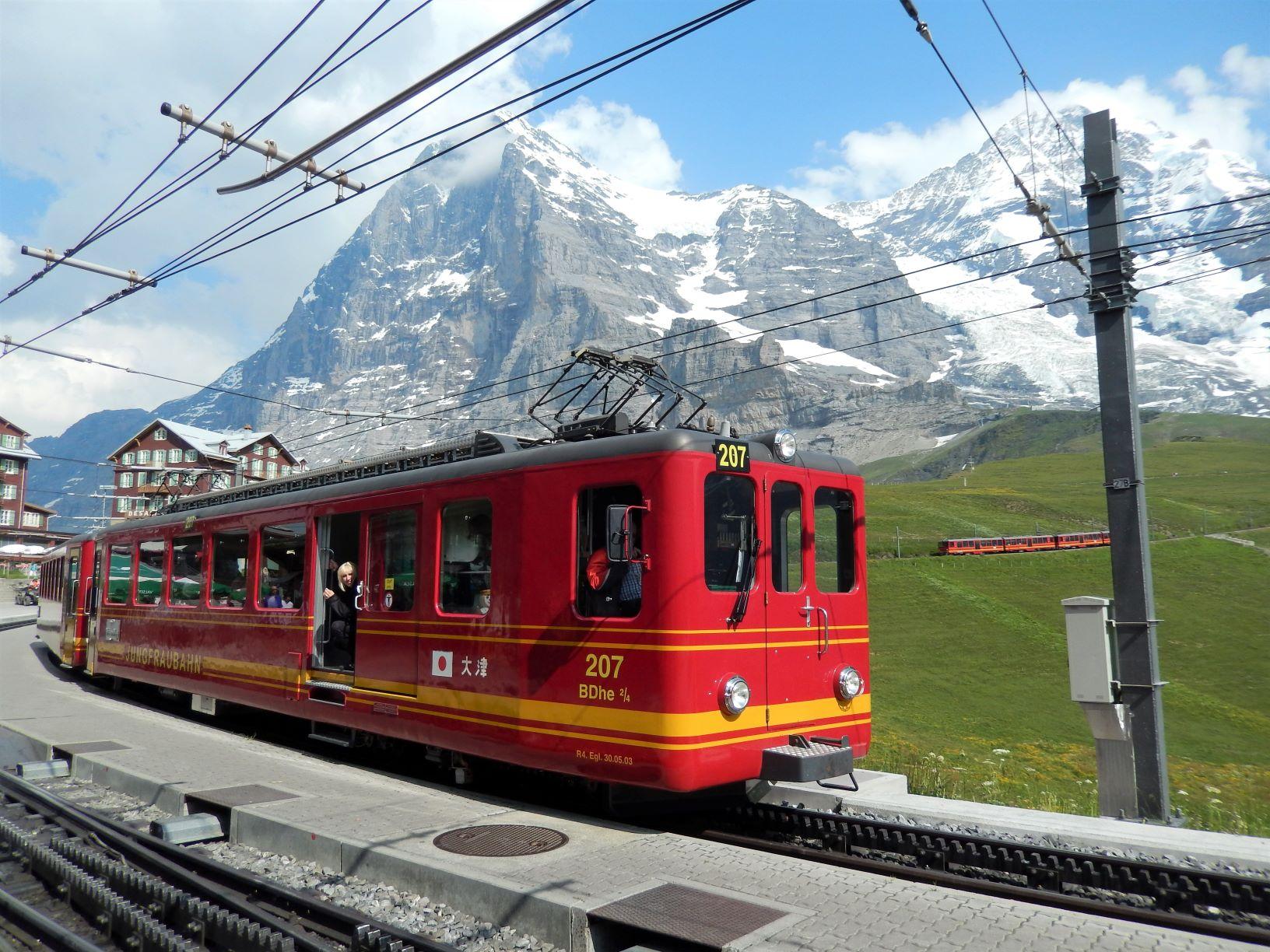 登山電車を使って一気に山上へアプローチ