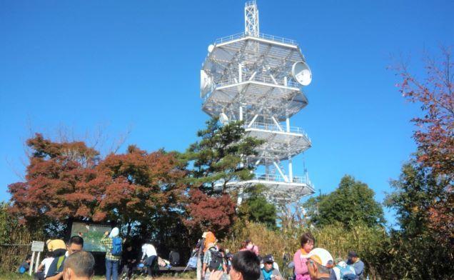 菊水山山頂には大きな電波塔