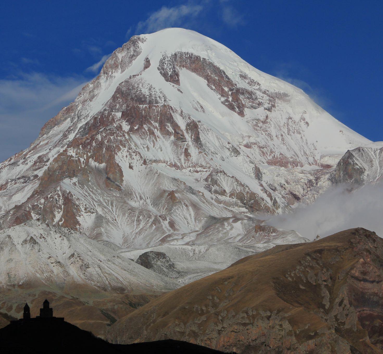 カズベギ村からカズベギ峰を望む