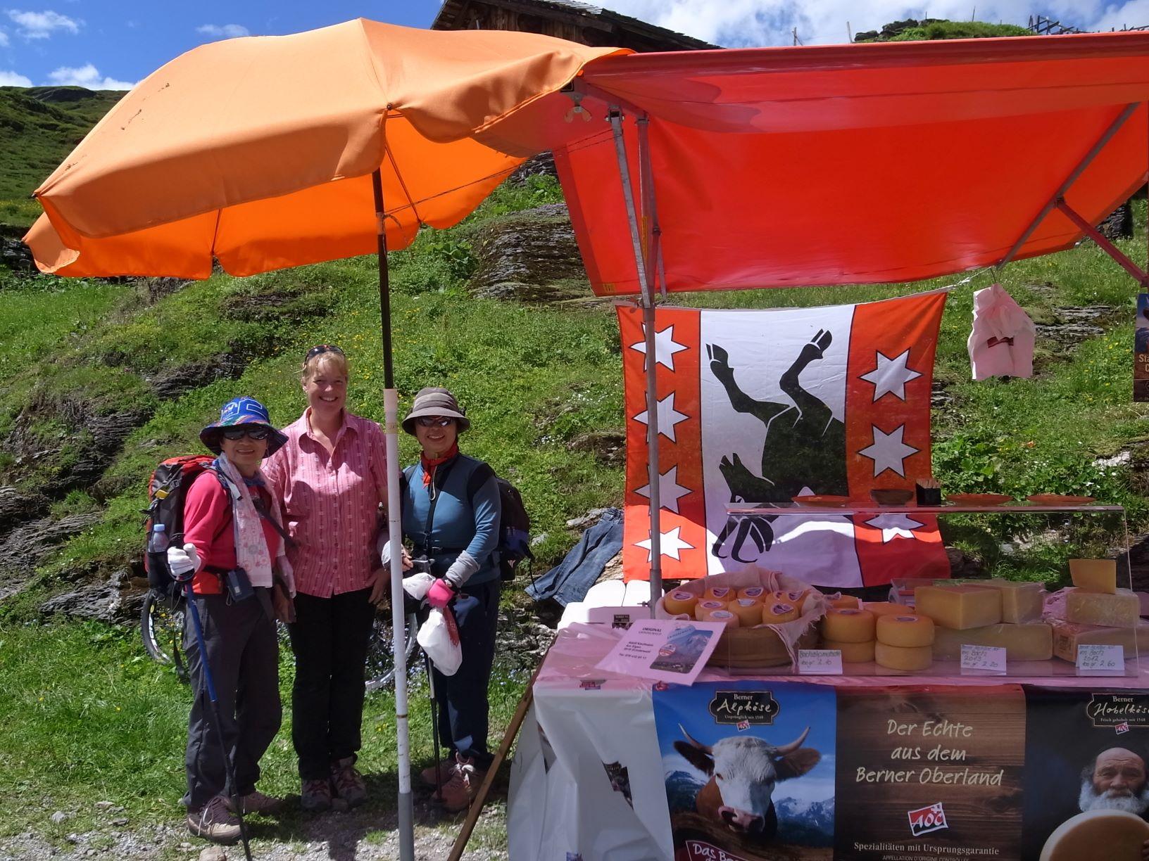 ハイキングの途中で出会った新鮮なチーズ販売