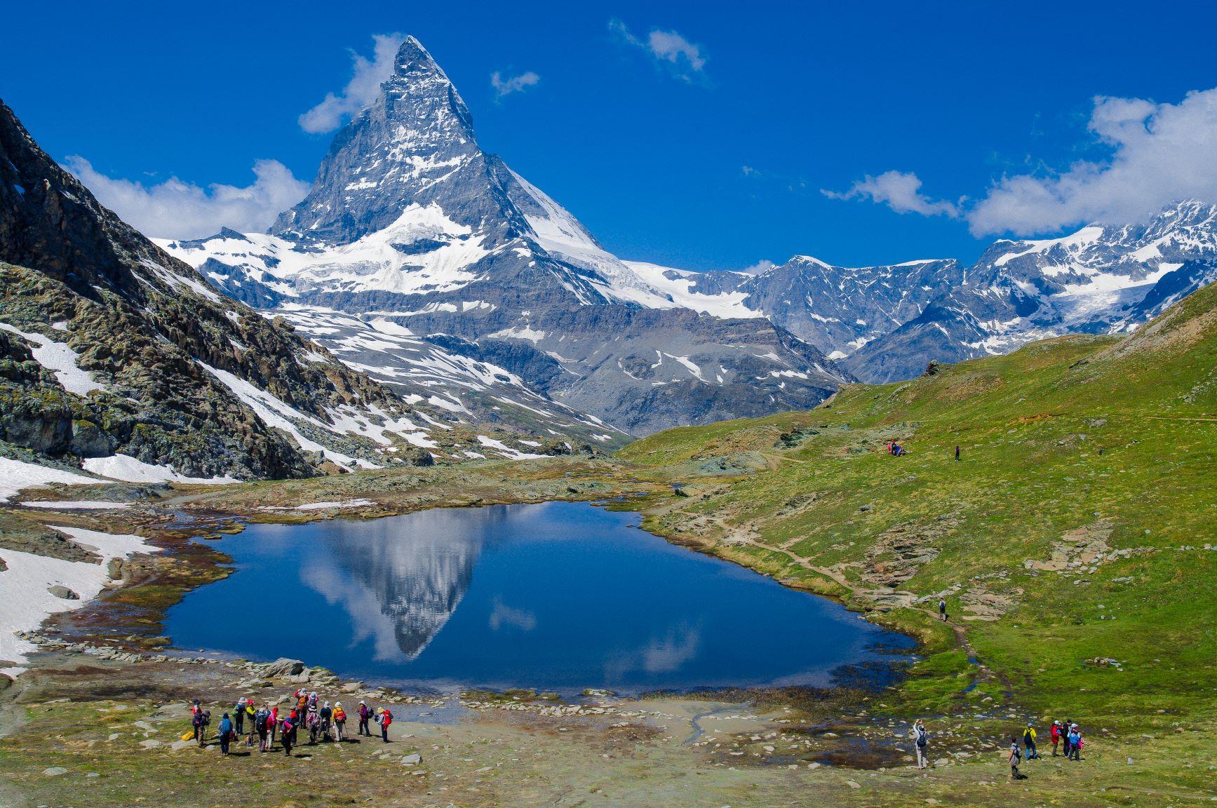 山上のリッフェル湖と名峰マッターホルン