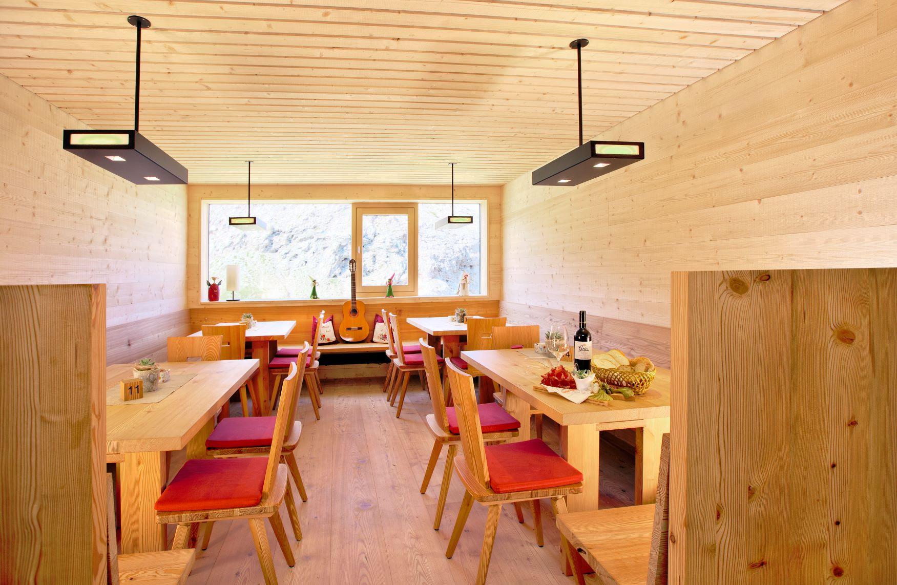 改装され、新しくなったアルペ・ディ・ティレス小屋のレストラン