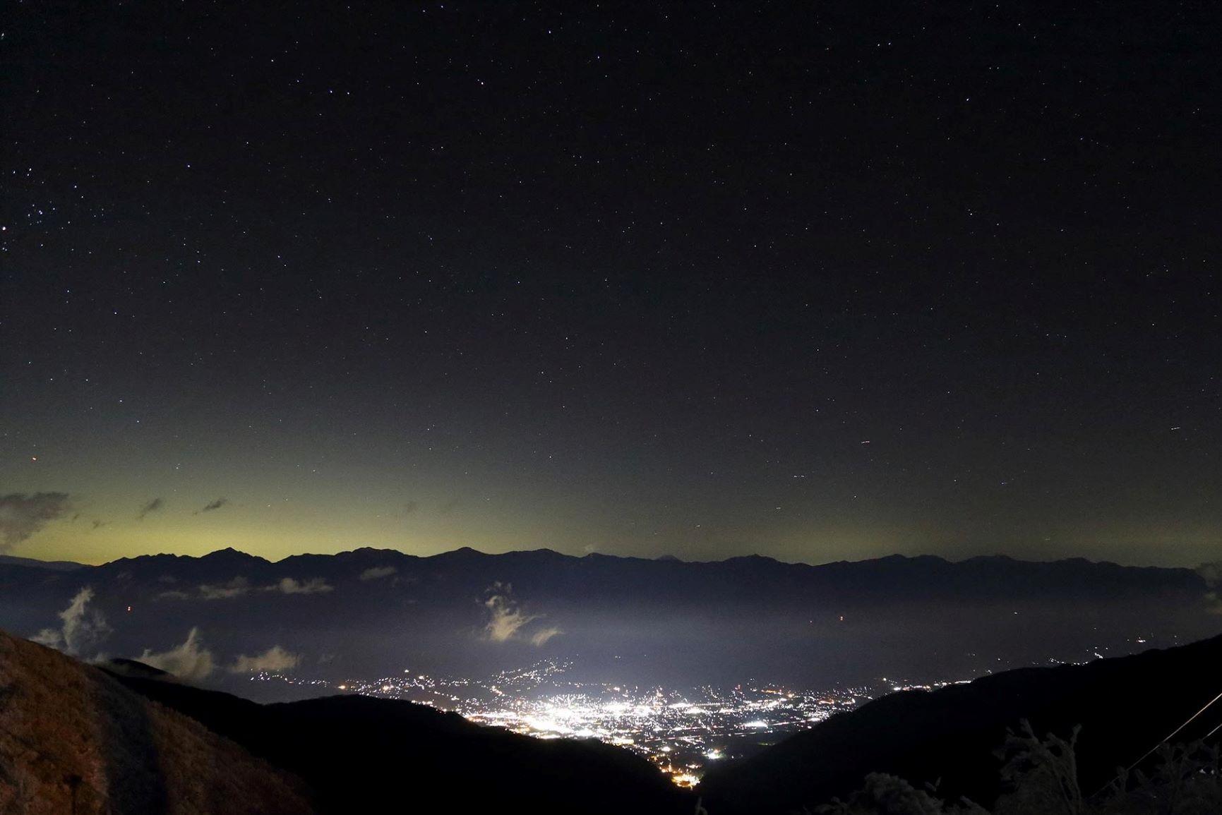 山上のホテルに泊まるからこそ望むことができる美しい夜景を楽しむ