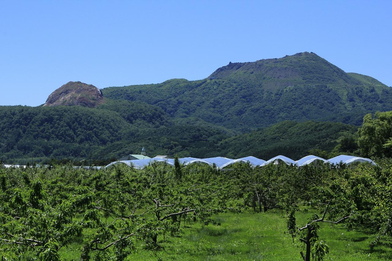 麓からの有珠山(右)と昭和新山(左)