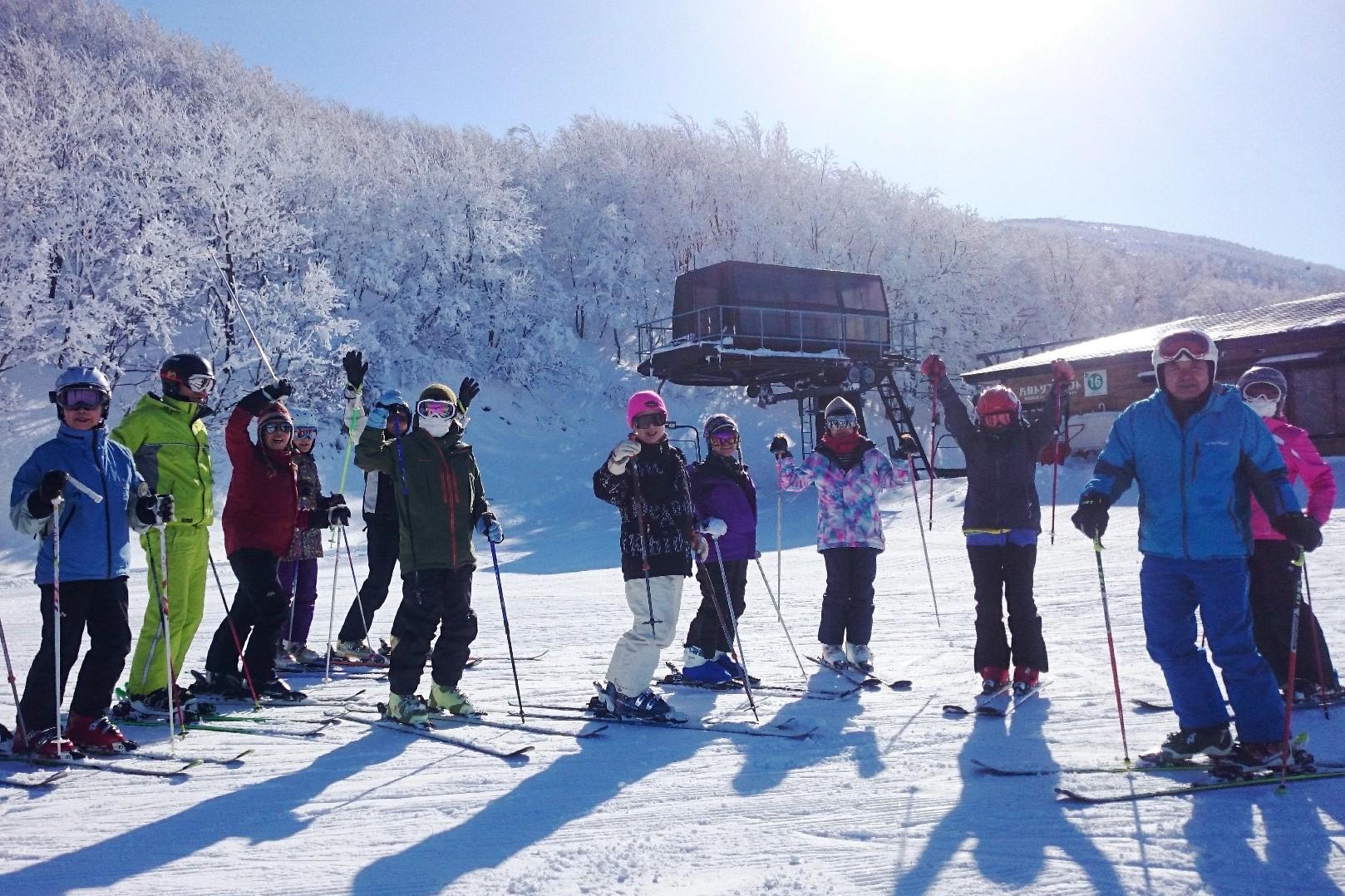 蔵王温泉スキー場の朝陽に耀くゲレンデで