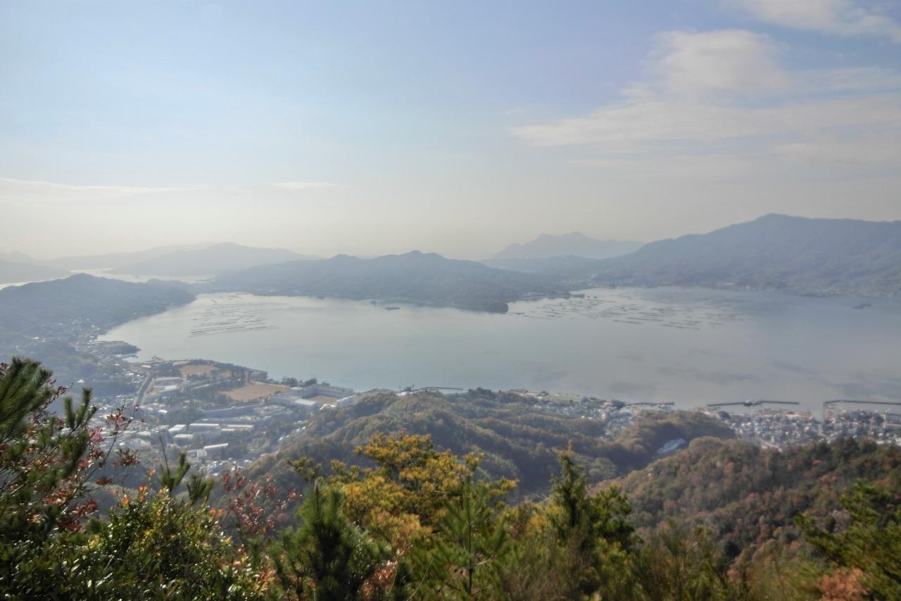 古鷹山山頂より牡蠣筏の浮かぶ江田島湾を望む