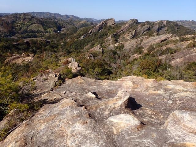 ひき岩群<br>田辺市街地から約5km離れた丘陵地に奇怪な形の岩山が並びます。遠くから眺めるとヒキガエルの群れが天を仰ぐように見えます。