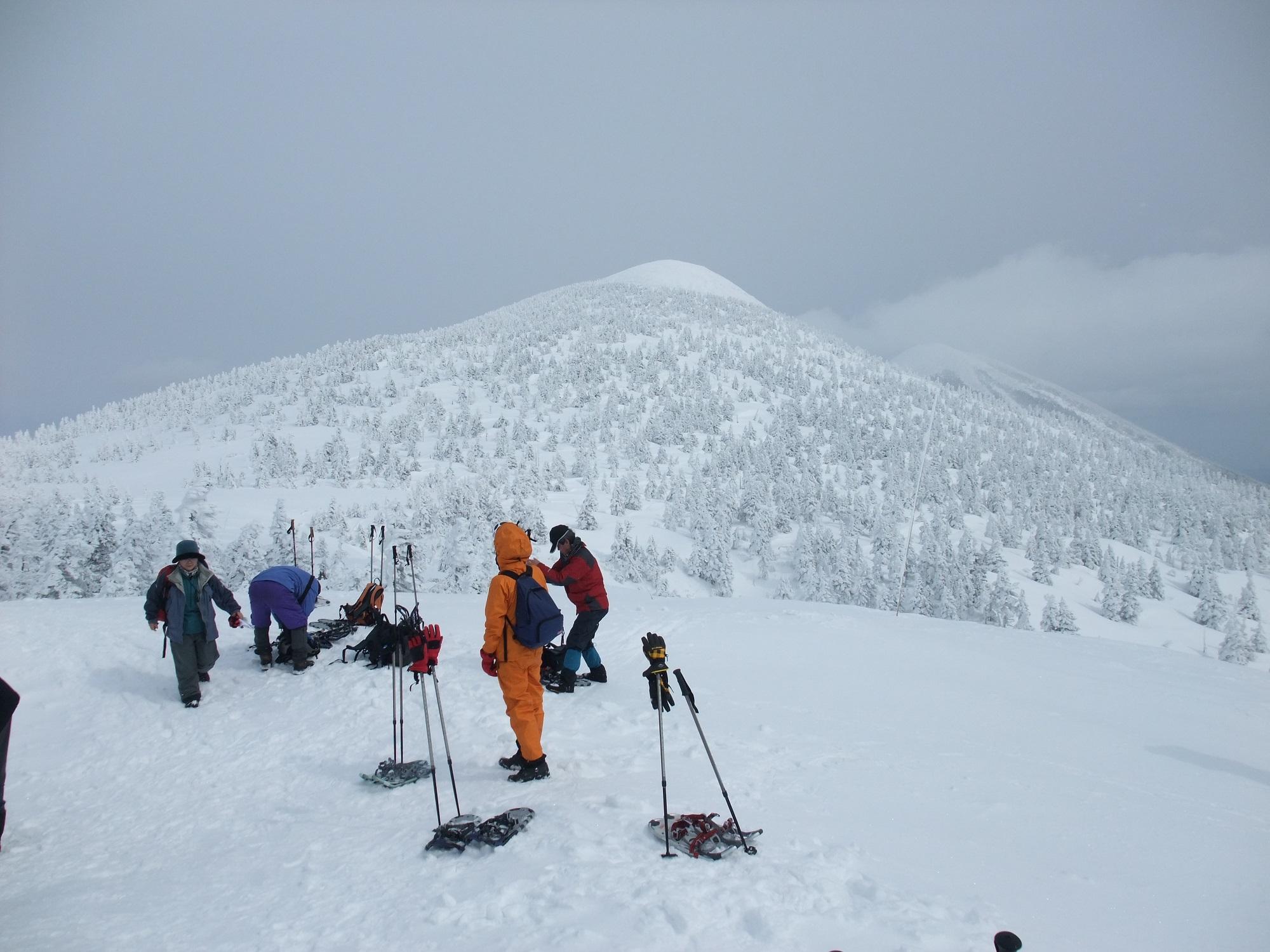 【スノーシュー・ハイキング】雪の中を歩くのが初めての方でも地元のガイドの案内ですぐに慣れます。