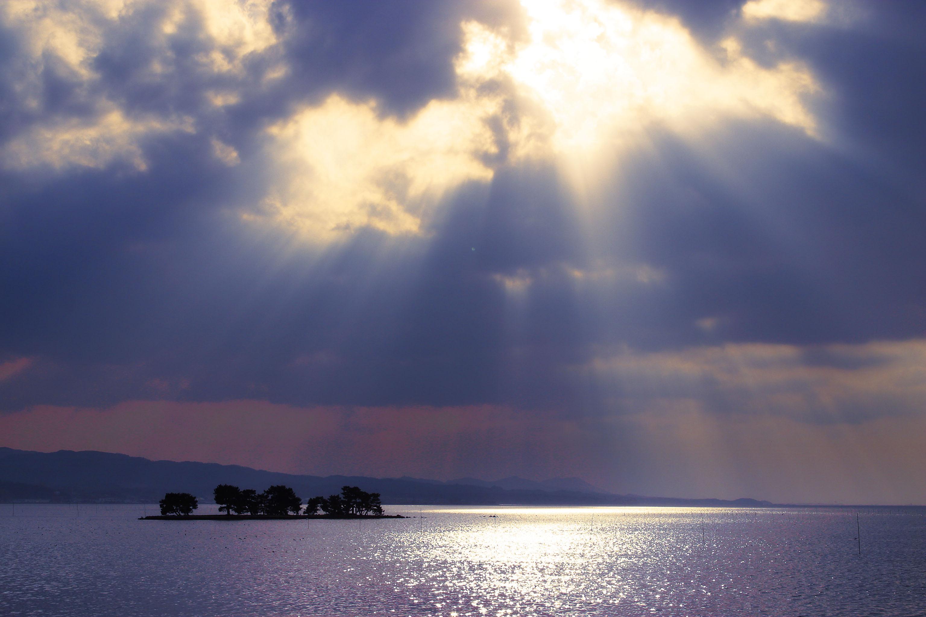 宍道湖に浮かぶ嫁が島は夕日が美しい