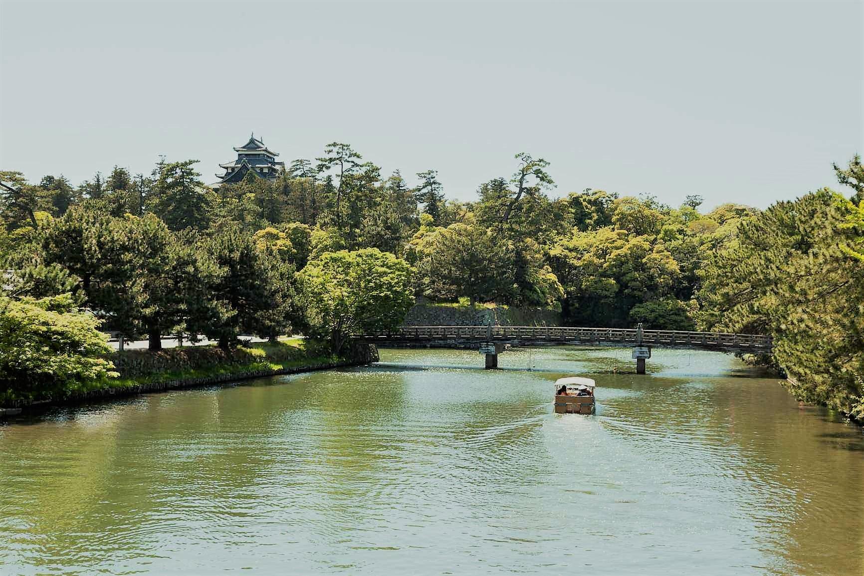 松江城の周りを囲む堀川に沿って歩きます