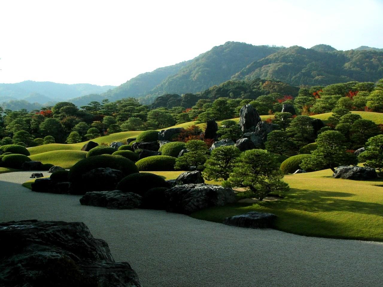 背後の山を借景とすることで広がりを表す足立美術館の庭園