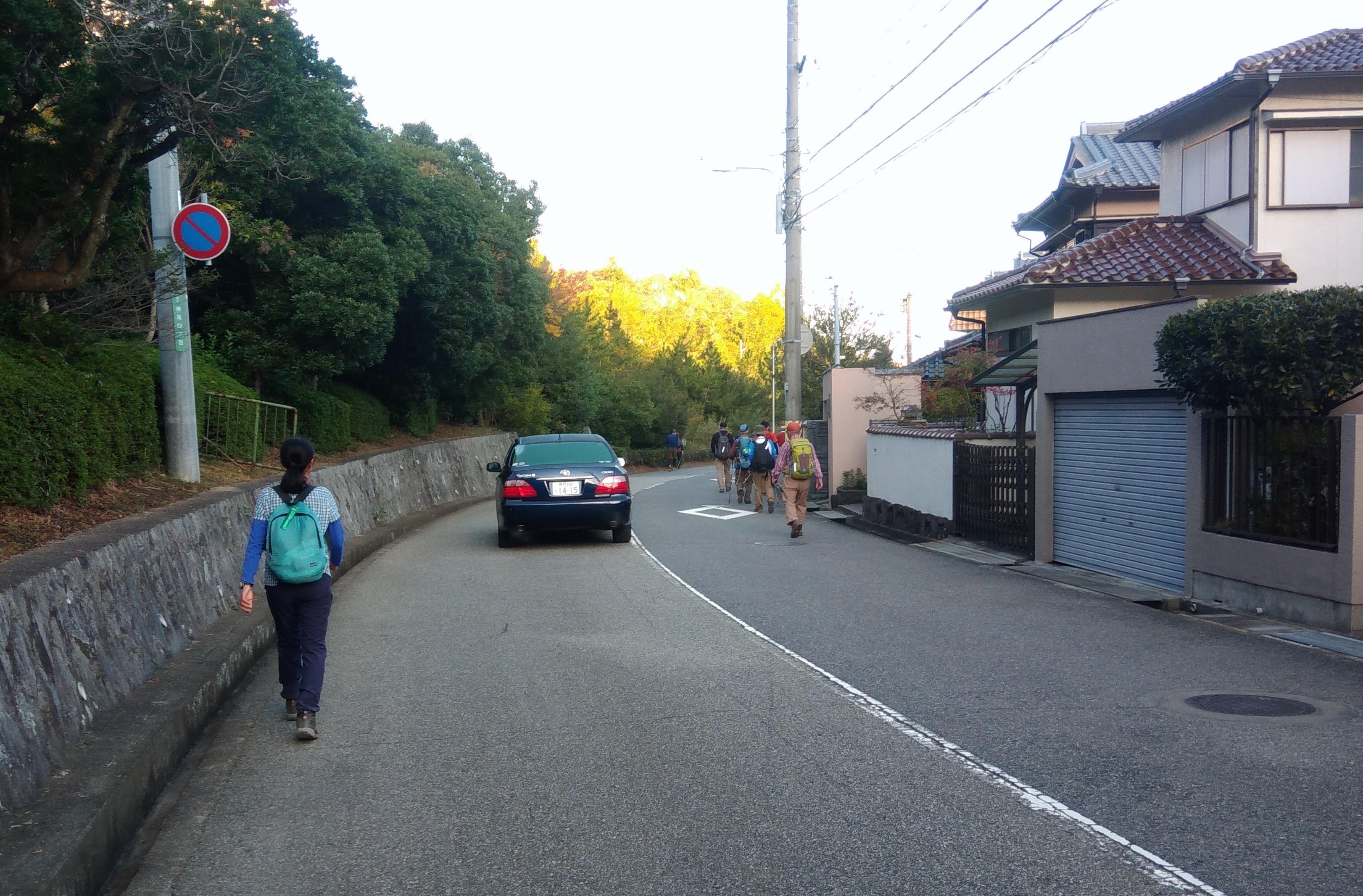 車道歩きは、車の通行に充分注意