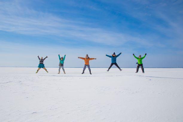 日本のウユニ塩湖を氷平線ウォークする
