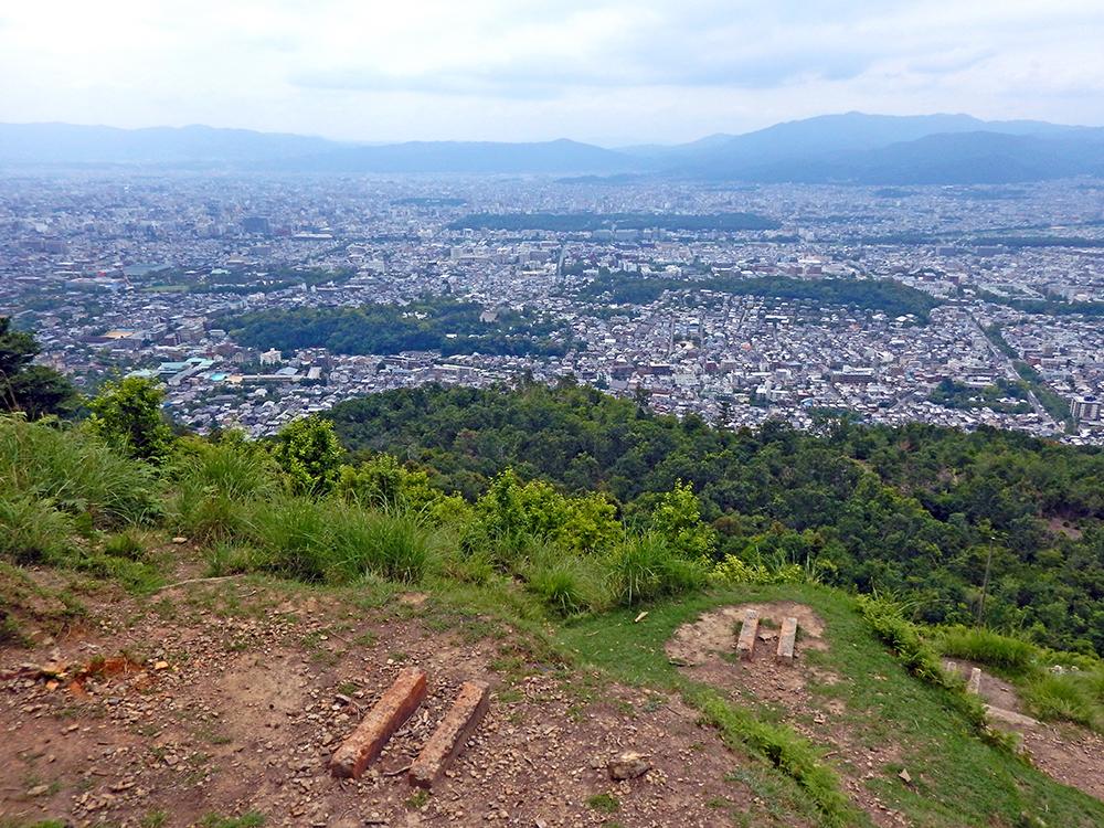 大文字山の火床から京都市街を望む
