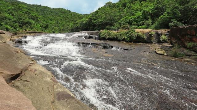 西表島カンピレーの滝
