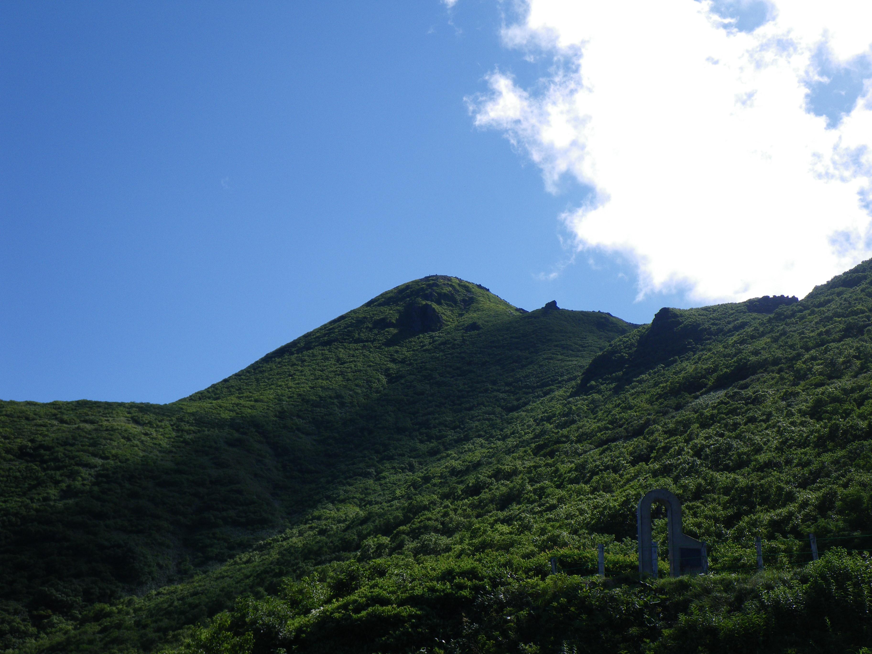 登山口から見た岩木山
