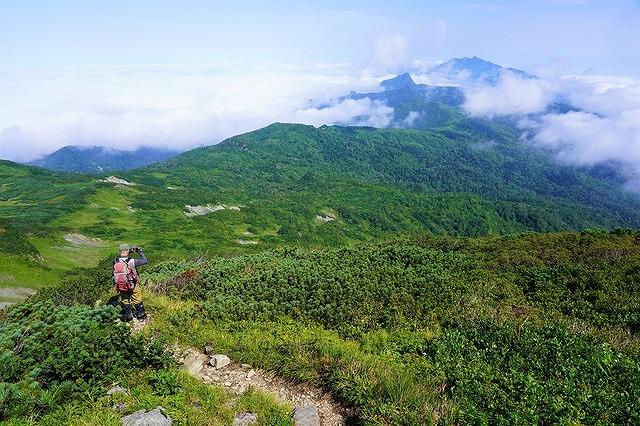 夕張岳の稜線から芦別岳を望む