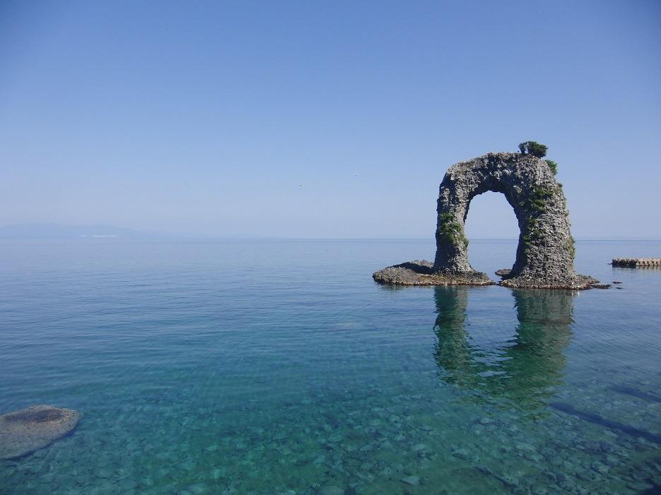 なべつる岩と奥尻島ブルーと呼ばれる美しい海