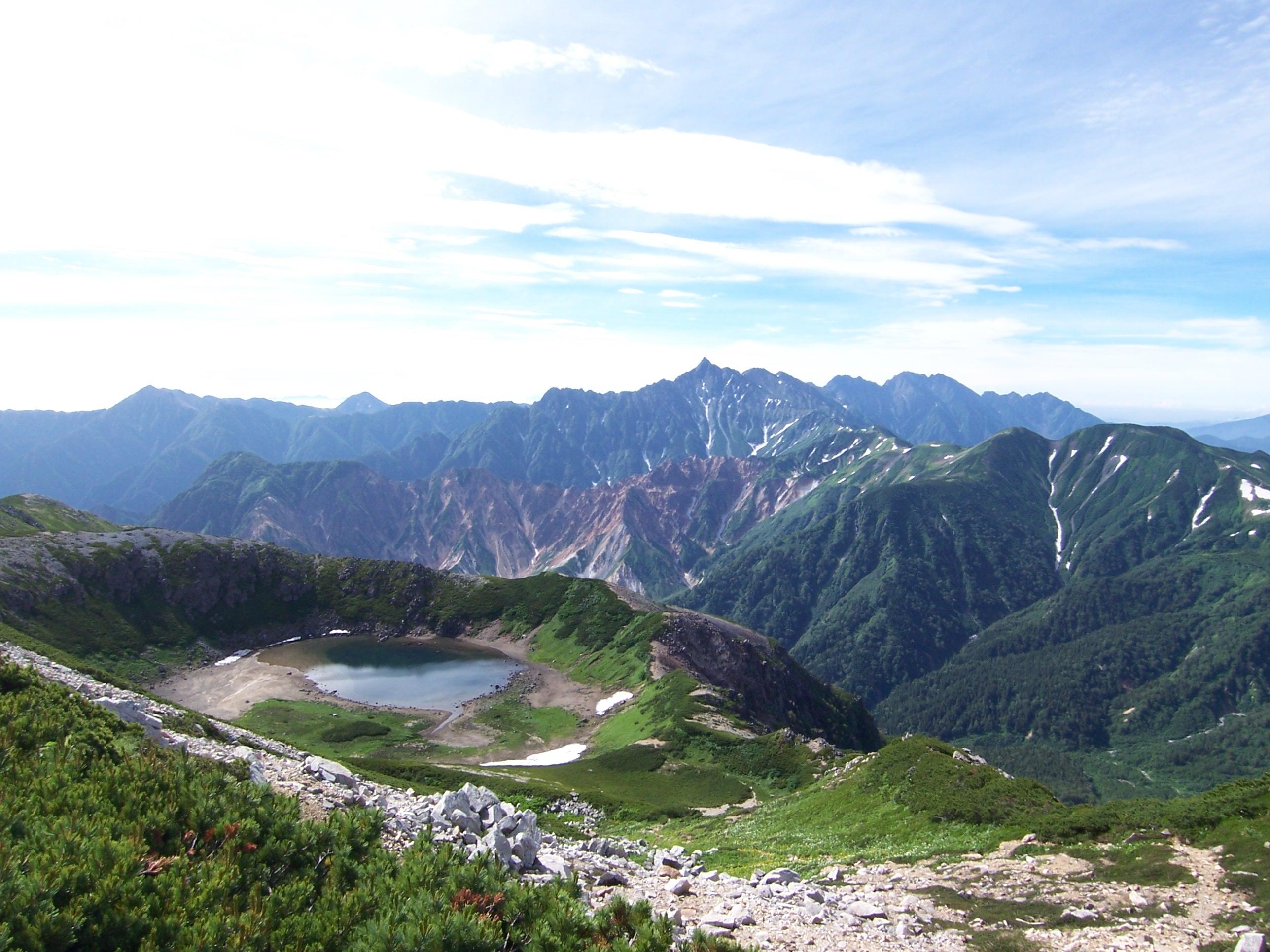 鷲羽岳から鷲羽池越しに見た槍ヶ岳