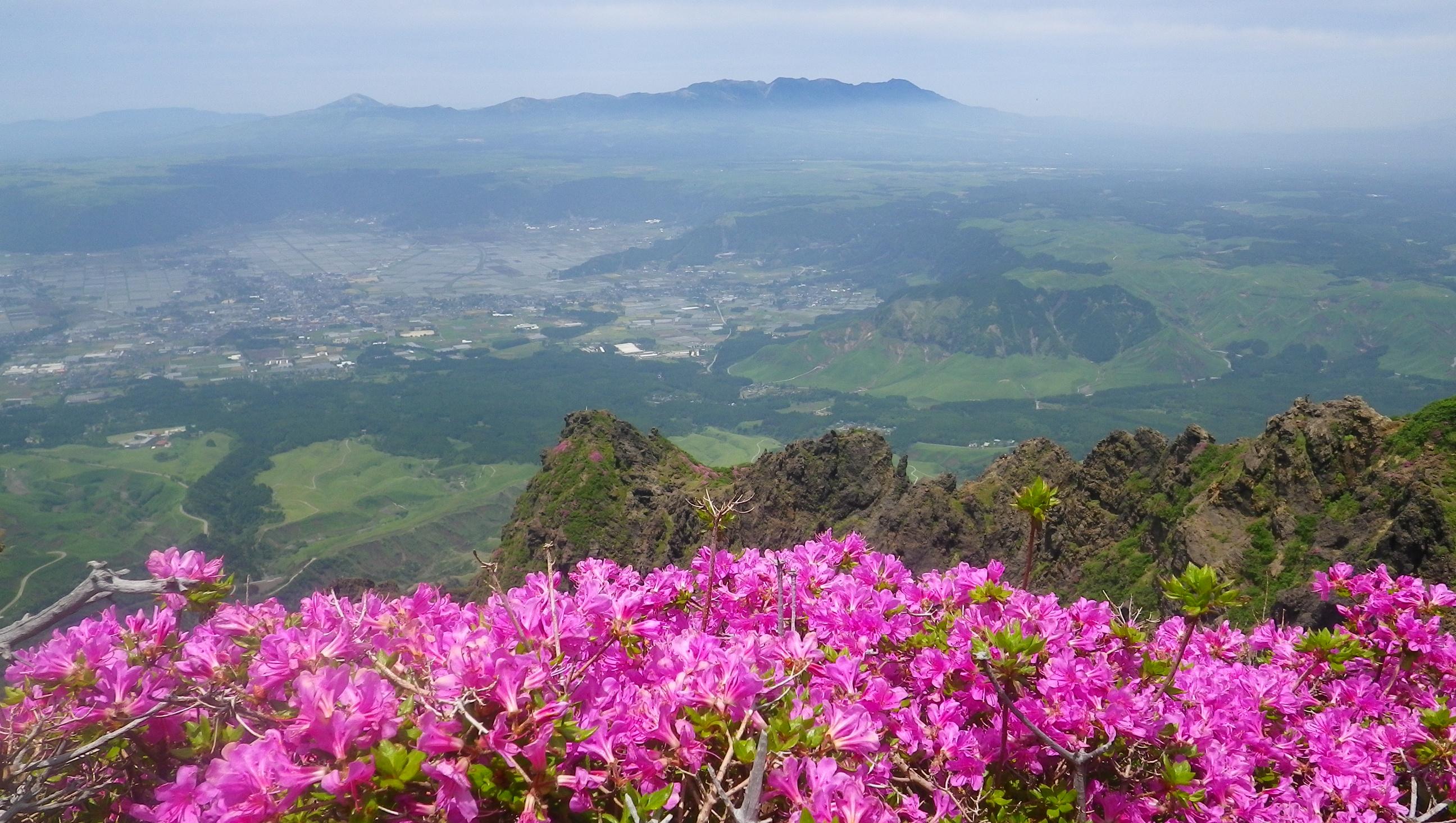 阿蘇高岳付近から九重連山と阿蘇カルデラ