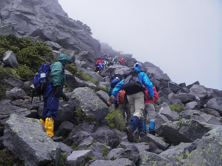山頂直下は岩場が続く(羅臼岳)