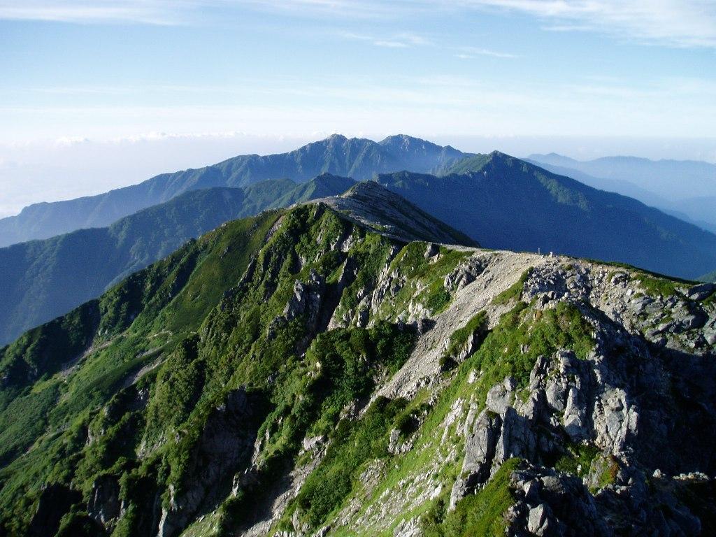 花崗岩とハイマツが美しい空木岳への縦走路(宝剣岳付近から)