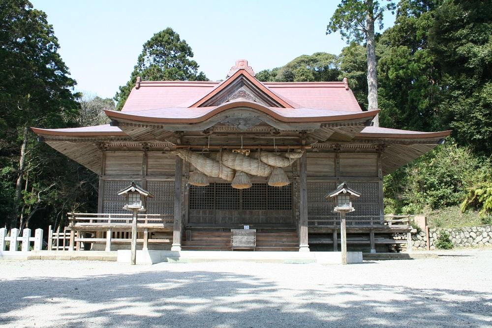 隠岐造りといわれる本殿をもつ玉若酢命神社