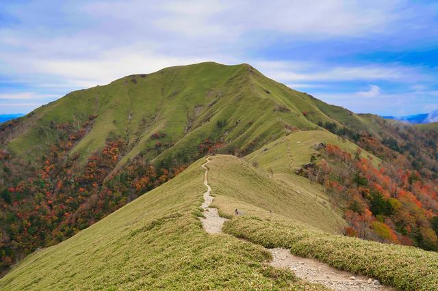 尾根沿いに続く、剣山の登山道