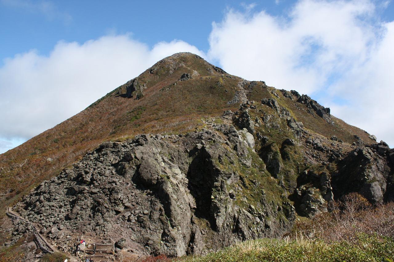 荒々しい火山地形の岩木山