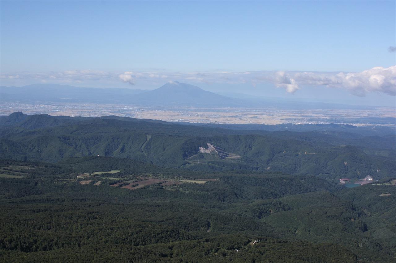 八甲田山から津軽平野と岩木山を望む