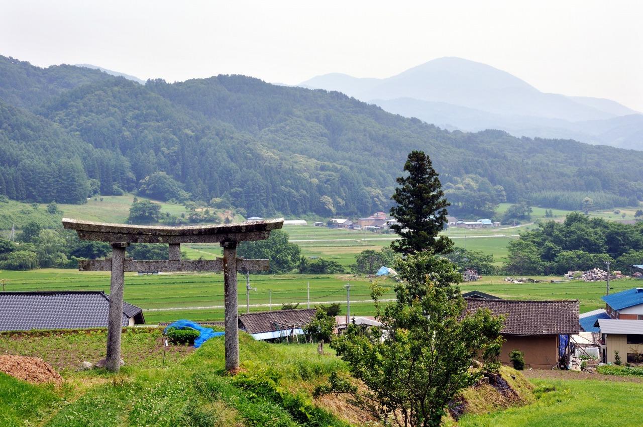 栃内観音の石鳥居と六角牛山