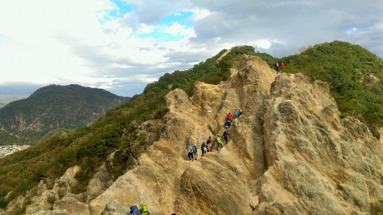 六甲全山縦走のハイライト、「馬の背」を歩く登山者