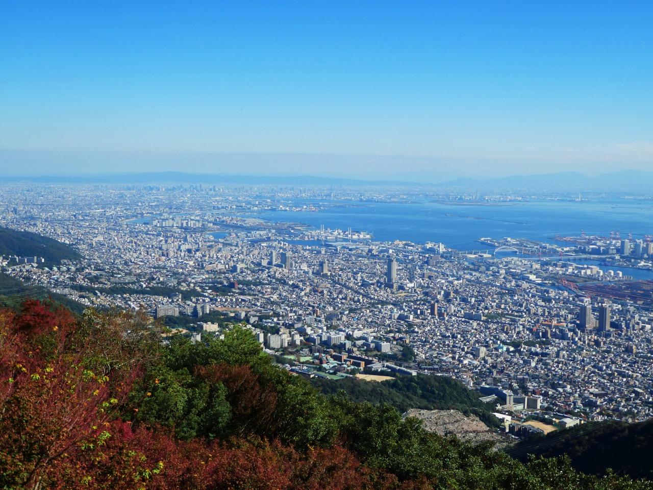 秋色に染まる六甲山より望む神戸の街