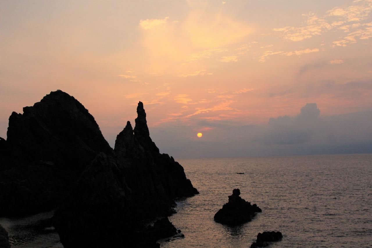 観音岩と日本海に沈む夕陽