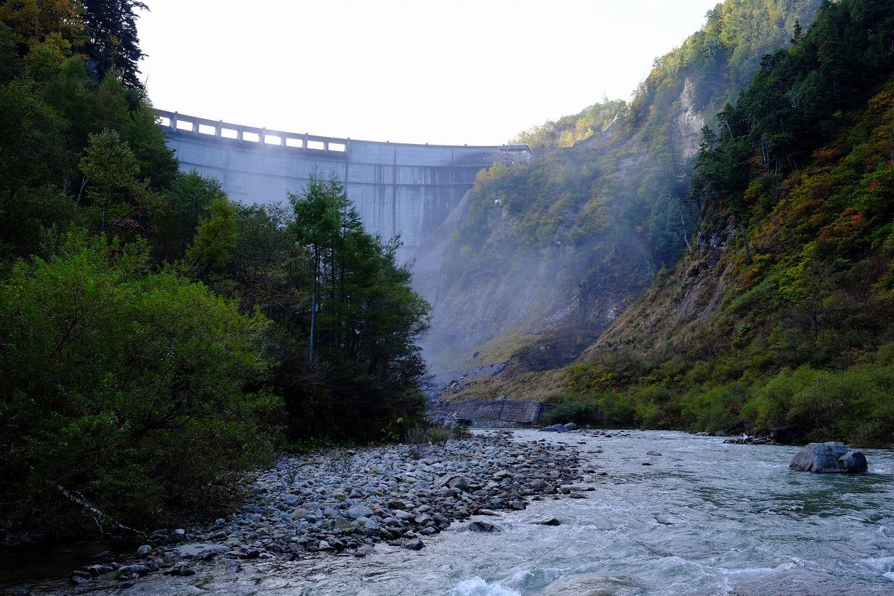 黒部ダム下から巨大な堰堤を見上げる