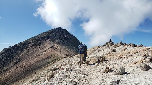 乗鞍岳の稜線上を歩く