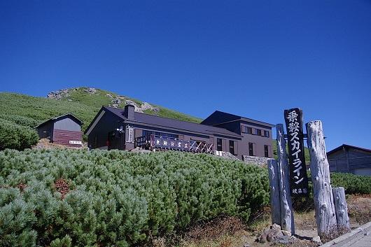 頂上稜線上に建つ乗鞍白雲荘(乗鞍白雲荘提供)