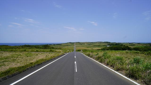 ②喜界島の一直線に延びるシュガーロード
