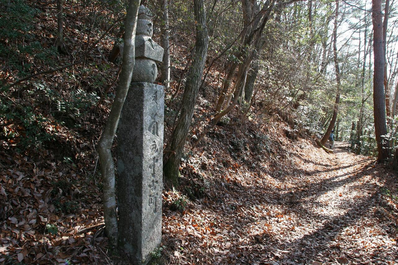 卒塔婆形町石 町石道が開かれた当初は木製であったため、やがて朽ちていきましたが、鎌倉時代、幕府の有力御家人、安達泰盛らの尽力で朝廷、貴族、武士などの広範な寄進により木製の卒塔婆に代わって石造の五輪卒塔婆が建立され、ほぼ完全な形で今日に遺されています。(Wakayama Tourism Federation)