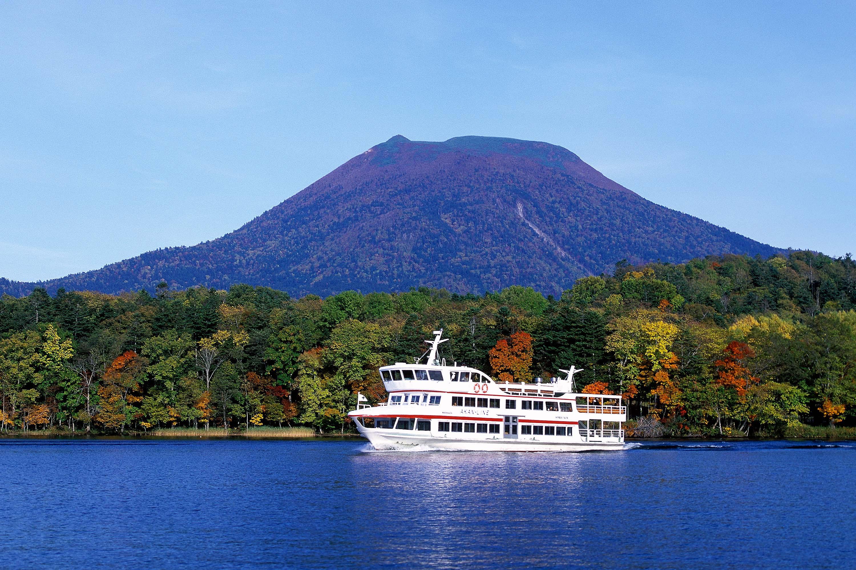 紅葉の阿寒湖と観光船