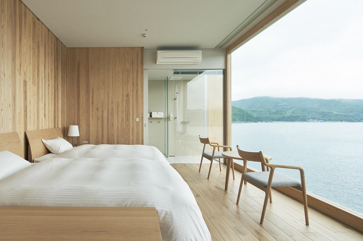 リニュアルしたエントウの広い窓が広がる部屋(Photo by Kentauros Yasunaga)