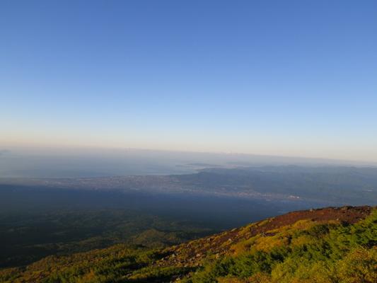 富士山6合目から駿河湾を望む(標高約2500m)